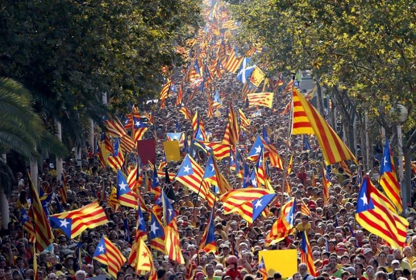 Bandiere catalane riempiono le piazze