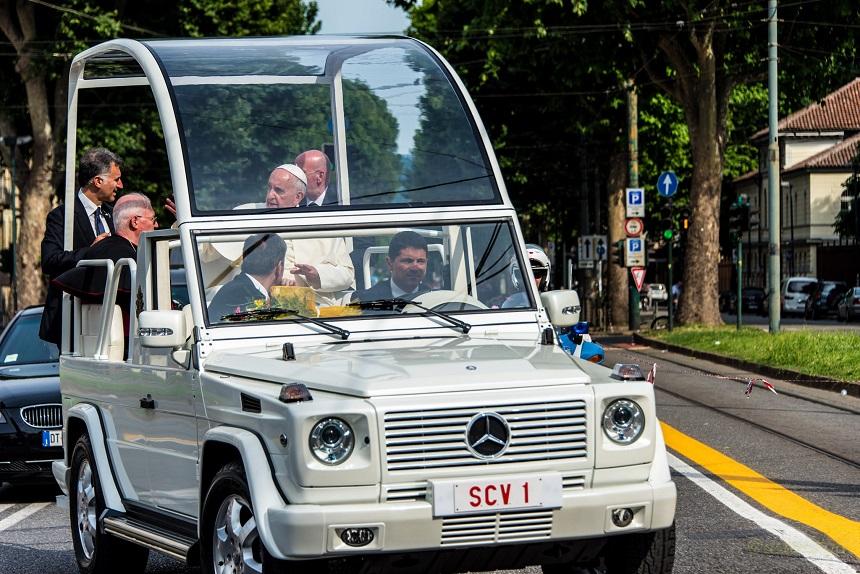Il Santo Padre a bordo della Papa-Mobile