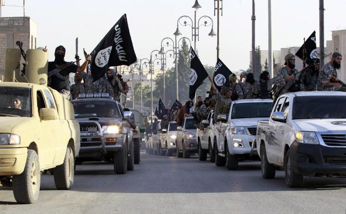Militanti dell'Isis sfilano in strada