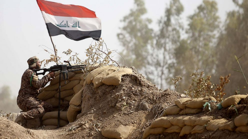Un militare dell'esercito regolare iracheno in lotta a Ramadi