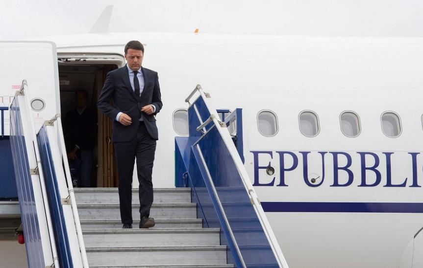 Matteo Renzi scende dall'Air Force italiano